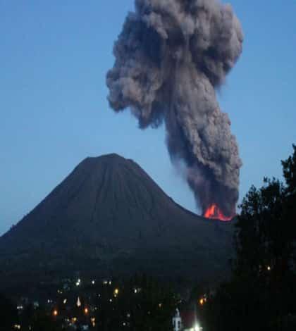 Thousands flee Indonesian volcano eruption