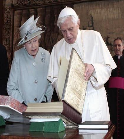 Pope and Queen meet in Vatican
