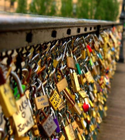 Paris 'love locks' banned